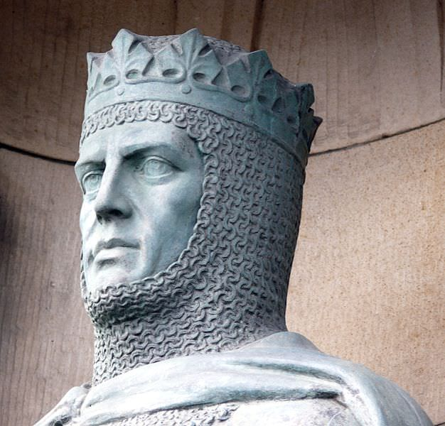 Statue of Robert the Bruce (1929) in front of the gates at Edinburgh Castle. © Ad Meskens / Wikimedia Commons