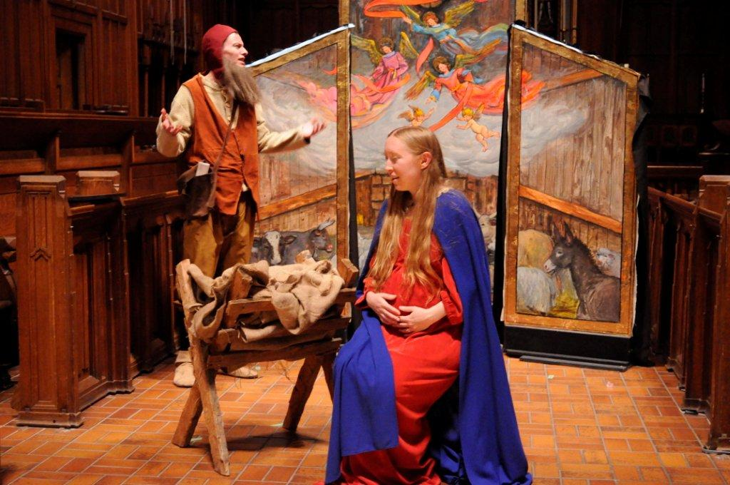 Poculi Ludique Societas shows how to perform a Christmas play, medieval style