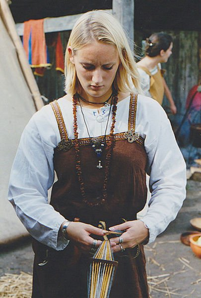 Dressed Viking woman at weaving - photo by Peter van der Sluijs