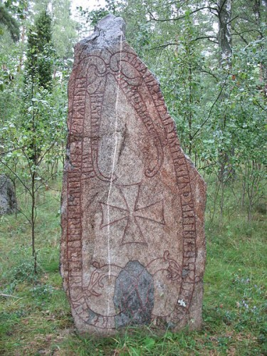 """runestone U 356 """"Ragnfríðr had this stone raised in memory of Bjôrn, her son and Ketilmundr's. May God and God's mother help his spirit. He fell in Virland. And Ásmundr marked."""" - Photo by Berig/Wikipedia"""