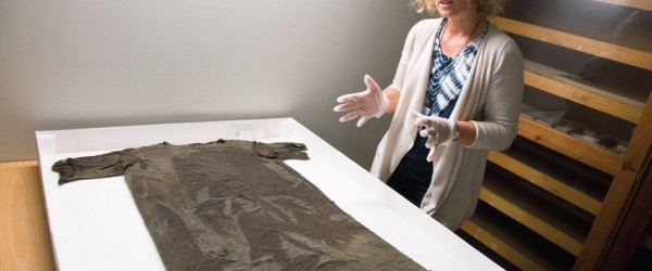 A few years ago, the oldest known piece of clothing ever discovered in Norway, a tunic dating from the Iron Age, was found on a glacier in Breheimen. Now about to be reconstructed using Iron Age textile techniques, it is hoped the tunic will inspire Norwegian fashion designers.