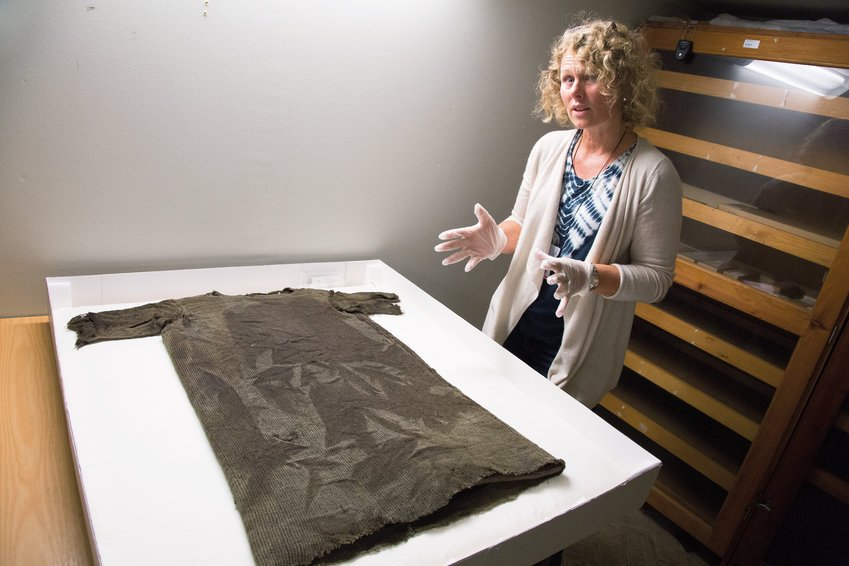 One of our aims in reconstructing the tunic is to learn more about how the textile was made, how time-consuming it was to make, and how the wool was used, explains Marianne Vedeler. Photo: Yngve Vogt