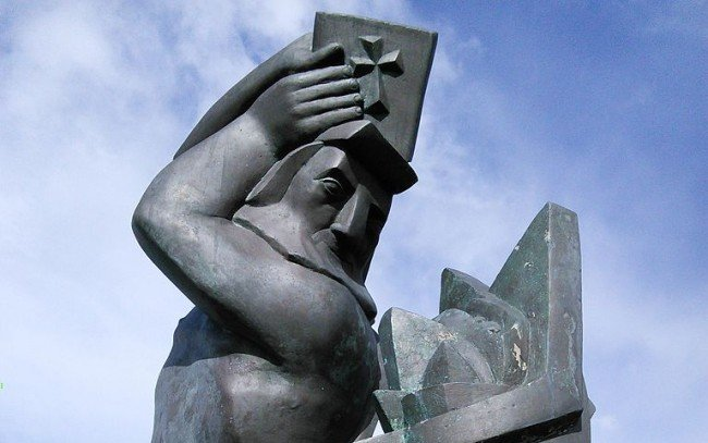 Sculpture by Ásmundur Sveinsson (1893–1982) in front of the main building of the University of Iceland.  Photo by Alarichall / Wikipedia