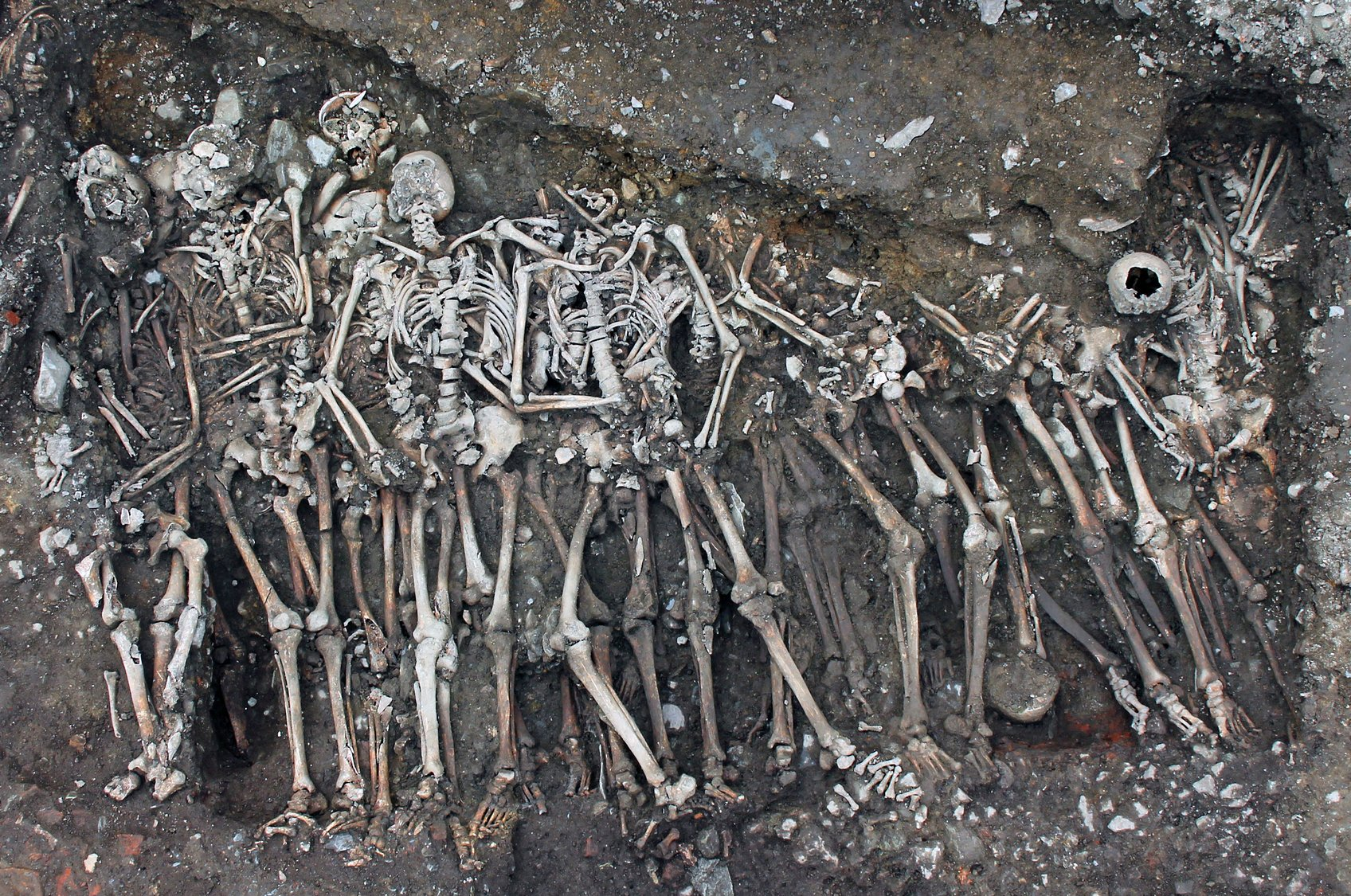 Mass graves of soldiers from 1491 French siege discovered - Medievalists.net